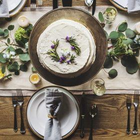 Poharak, bögrék, tányérok, evőeszközök és ételhordók